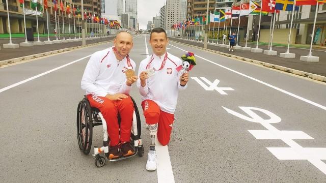 Tenisista stołowy Tomasz Jakimczuk (z lewej) i strzelec Szymon Sowiński ze Startu Zielona Góra, medaliści igrzysk paraolimpijskich w Tokio