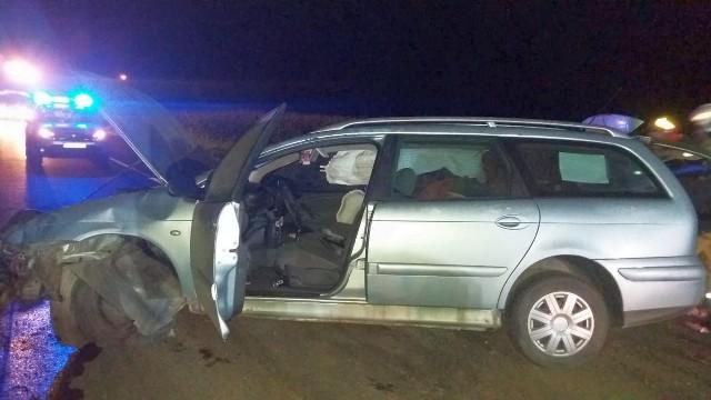Pijany kierowca bez uprawnień kompletnie rozbił swoje auto po czym uciekł w buraki.
