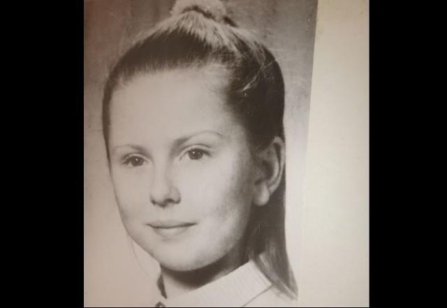 """Ania, mierząca 146 cm wzrostu szczupła blondynka o zielonych oczach, mieszkała z rodzicami w kamienicy przy al. Kościuszki. Była jedynaczką. Jej mama, składając zeznania, mówiła, że od małego wpajała jej ostrożność w kontaktach z nieznajomymi. - Ania była samodzielną, rezolutną, obowiązkową dziewczynką. Po powrocie do domu ze szkoły telefonowała do mnie. Nie wpuszczała obcych do mieszkania - opowiada.Feralna sobota 16 września 1989 r. była wyjątkowo słoneczna i ciepła. Tego dnia rano pani Krystyna, mama Ani, poszła do fryzjera. Gdy wróciła około godz. 11, jej córka była jeszcze w piżamie i oglądała telewizję. Pan Mieczysław, ojciec Ani, zaproponował, żeby pojechać na działkę. Ania namówiła jednak rodziców, aby pojechali z nią do sklepu przy ul. Pięknej i kupili jej wymarzone, płócienne buty na sznurkowej podeszwie. Po przyjeździe do domu pani Krystyna poprosiła córkę, aby w aptece w pobliskim Domu Handlowym """"Juwentus"""" kupiła dla babci krople do oczu, a w warzywniaku kiszoną kapustę, cebulę i kilka jabłek na surówkę. Na zakupy Ania dostała od mamy banknot o nominale 5000 zł. Dziewczynka miała wrócić za pół godziny na obiad...Czytaj na kolejnych slajdach"""