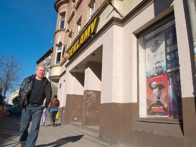 """Po kinie """"Bałtyk"""" zostały już tylko wyblakłe plakaty filmowe."""