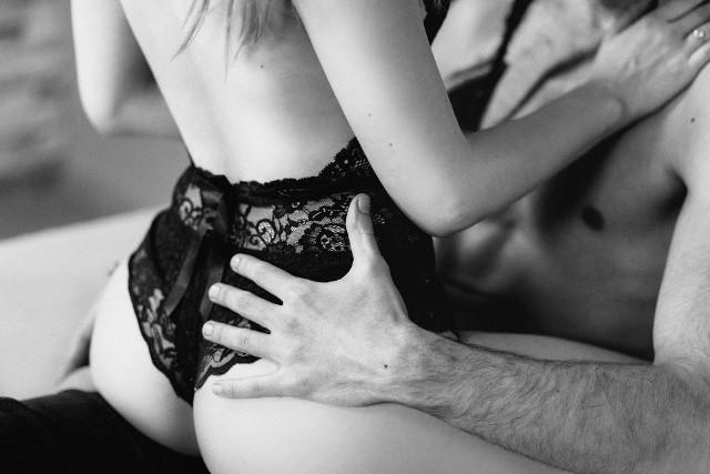 """Co przeszkadza kobietom w czerpaniu radości z seksu?Dla 24 proc. Polek kompleksy i brak akceptacji dla własnej fizyczności są silną barierą powstrzymującą je przed uprawianiem seksu. Polki przywiązują dużą wagę do swojego wyglądu i w tej kwestii są w stosunku do siebie zbyt wymagające. Do zbliżeń zniechęca je zdecydowanie poczucie, że są brzydkie, zbyt grube. Czują się wtedy niekobiece i nieatrakcyjne. Tylko 44 proc. kobiet, które wzięły udział w badaniu jest zadowolona ze swojego ciała i wyglądu. Niezadowolonych jest 30 proc., najwięcej w grupie młodych kobiet pomiędzy 25. a 34. rokiem życia, najczęściej z powodu wzrostu wagi, oznak starzenia, zmian wyglądu związanych z ciążą. Aż 46 proc. badanych deklaruje, że w ciągu ostatnich 5 lat ich ocena własnego ciała obniżyła się. – Za kompleksami Polek skrywa się niskie poczucie własnej wartości i braku dostępu do edukacji seksualnej – uważa Joanna Keszka. – Warto sobie uświadomić, że wygląd nie jest w seksie sprawą pierwszoplanową. Zdecydowanie ważniejsza jest umiejętność prowadzenia szczerych rozmów na temat swoich potrzeb, otwartość na czerpanie przyjemności i wybór partnera, który otoczy kobietę w przestrzeni seksualnej troską, szacunkiem i czułością.Eksperci sugerują, że zamiast skupiać się na obsesyjnym dążeniu do osiągnięcia perfekcyjnej sylwetki, lepiej poświęcić więcej uwagi pielęgnowaniu bliskości w związku, popracować nad poprawą komunikacji, uczyć się otwartości na pragnienia partnera, ale także odważnego mówienia o własnych potrzebach i fantazjach. To znacznie skuteczniejsza droga do udanego seksu niż perfekcyjny wygląd. Wybór należy do nas: możemy przesiedzieć życie w kącie albo wykorzystywać każdą okazję, by się nim cieszyć!Raport """"Seksualna mapa Polki"""" powstał na podstawie badania, które przeprowadzono w lutym 2019 roku przez ARC Rynek i Opinia na zlecenie firmy Gedeon Richter Sp z o.o. W badaniu wzięło udział 1.043 Polek w wieku 18–65 lat, były wśród nich zarówno mieszkanki dużych, małych miast oraz wsi."""