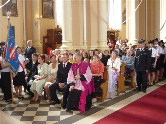 W uroczystej mszy św. połączonej z odsłonięciem tablicy pamiątkowej wzięło udział wielu gości i parafian.