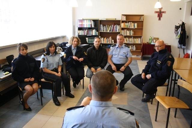 Lekcja języka migowego dla policjantów i strażników miejskich.