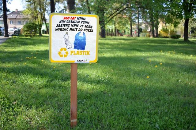 Kilkadziesiąt tabliczek takich jak ta na zdjęciu przypomina mieszkańcom o konieczności utrzymania czystości