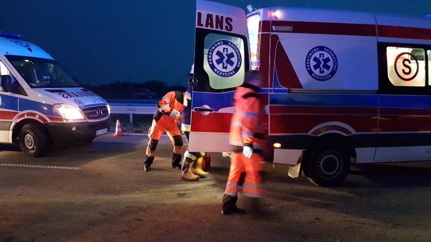 Tragiczny wypadek koło Zgierza. W Aleksandrii miało miejsce potrącenie dwóch osób. Do wypadku doszło we wtorek kilka minut przed 22.Na przejściu dla pieszych w Aleksandrii samochód bmw potrącił dwóch nastolatków (15 i 16-latka). Chłopcy trafili do szpitala, ich stan lekarze określili jako ciężki. Pomimo wysiłków lekarzy jeden z nich zmarł.Jak doszło do wypadku?CZYTAJ WIĘCEJ >>>>