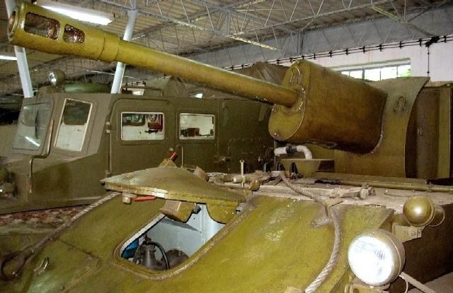 Napis znajduje się na jarzmie działa SU-76