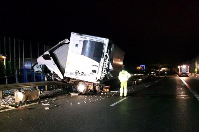 Po zderzeniu z piaskarką na A2, ciężarówka przebiła barierę energochłonną.