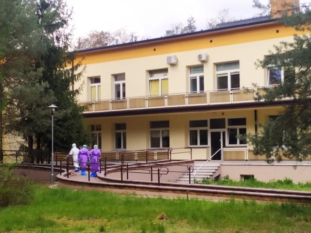 Czworo pacjentów z koronawirusem z regionu łódzkego trzeba było wysłać na leczenie aż do Wielkopolski. Szpital w Wolicy przyjął ich w drodze wyjątku, bo według dokumentów zabrakło miejsc w szpitalach dla zakażonych w Łodzi i w Zgierzu. Szpitale z Łódzkiego o uspokajają, że mimo wzrostu liczby chorych wolne miejsca wciąż są.DALEJ --->