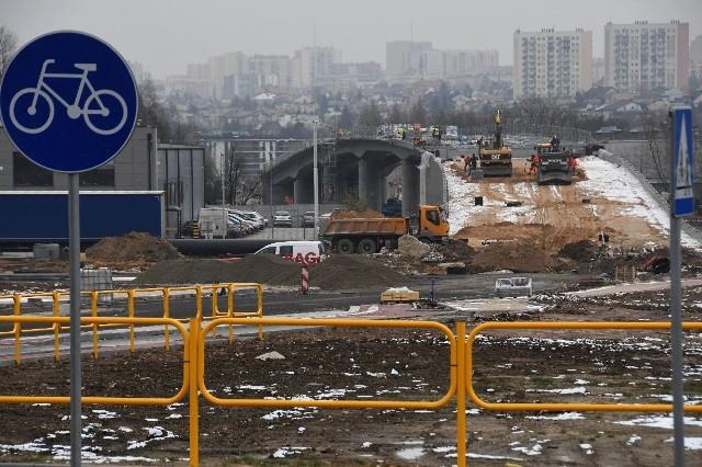 Większość prac przy budowie przedłużenia ulicy Olszewskiego do Witosa i Zagnańskiej w Kielcach została wykonana. Inwestycja prezentuje się niezwykle okazale, ale droga będzie przejezdna najwcześniej wiosną 2020 roku. To element całkowicie nowego układu komunikacyjnego północnej części Kielc.    ZOBACZ NA KOLEJNYCH SLAJDACH>>>
