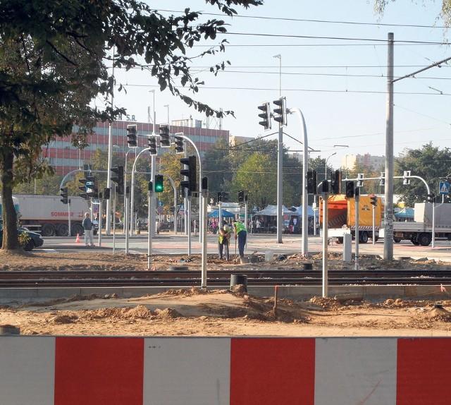 Drogowcy otworzyli skrzyżowanie, ale budowa  linii trwa