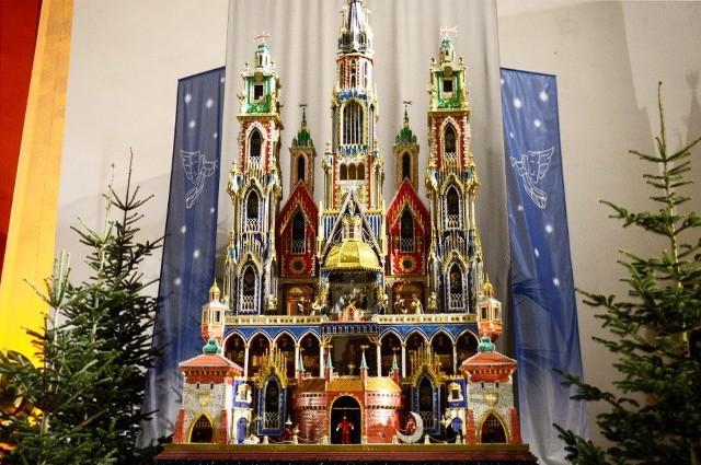 Szopka, którą możecie podziwiać w naszej galerii zdobyła I miejsce w 68. Konkursie Szopek Krakowskich. Jest to jednocześnie najwyższy wykonany projekt w dziejach konkursu, mierzący ponad 5 metrów wysokości i blisko 3 metry szerokości. Na żywo można ją zobaczyć w zielonogórskim kościele Ducha Świętego.