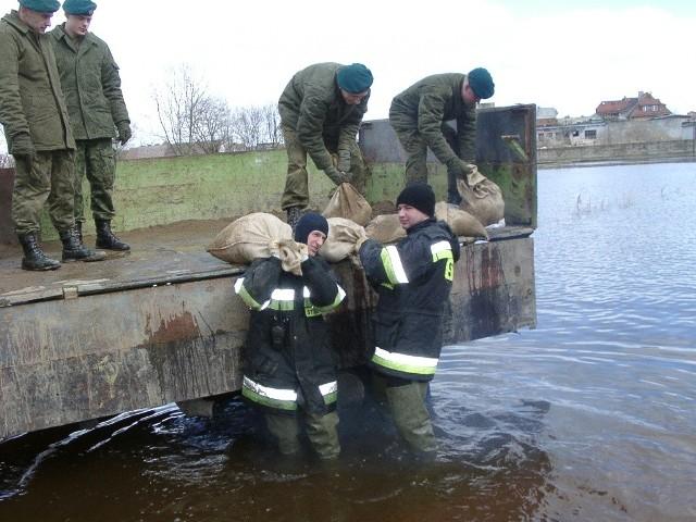 Strażacy i wojsko przez cały weekend walczyli z żywiołem.