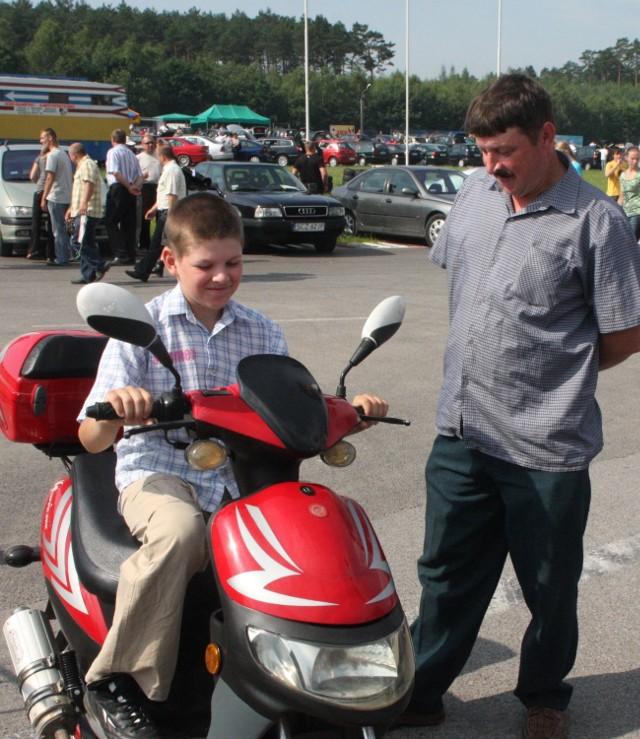 Pan Bogdan Chatys zastanawiał się wczoraj w Miedzianej Górze nad zakupem skutera dla syna Rafała.