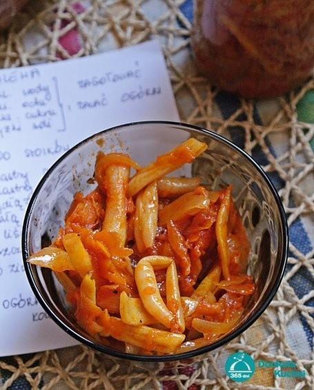 Fasolka szparagowa w sosie pomidorowym.