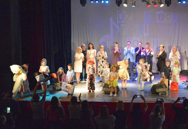 Pamiątkowe zdjęcie nagrodzonych dzieci z organizatorami festiwalu.