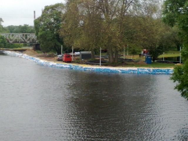 Warta przybiera w centrum Kostrzyna. Na zdjęciu wał, który usypano w zeszłym tygodniu. Ma chronić centrum miasta przed zalaniem.