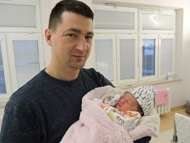 Zuzanna Trzcińska urodziła się 1 stycznia o godz. 11.10. Jest córką Anety i Piotra z Dobrołęki (na zdjęciu z tatą). Ważyła 3780 g, mierzyła 58 cm.