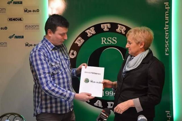 Prezes RSS Centrum Radom, Marcin Górnik i Elżbieta Panasiuk, podpisali 12-miesięczną umowę