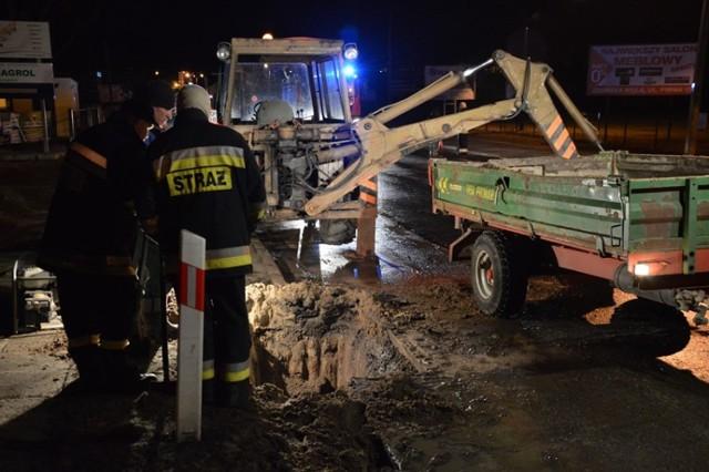 Awaria wodociągu w Szadku w powiecie zduńskowolskim spowodowała zablokowanie drogi wojewódzkiej nr 710 z Błaszek do Łodzi. Woda wypłynęła na drogę z pękniętej, żeliwnej rury wodociągowej, znajdującej się pod asfaltem. Poszukiwanie źródła wycieku trwało kilka godzin, a usuwanie skutków awarii i przywracanie ruchu kilkanaście. Trasa była zamknięta od godz. 17 w poniedziałek aż do wtorkowego południa.