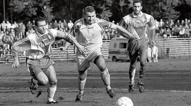 Kraków: Waldemar Adamczyk (w środku) w walce o piłkę z Patrickiem Blondeau. Z prawej Sylvain Legwinski