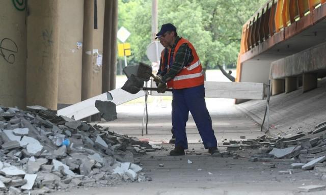 Wczoraj ekipy skuwały beton, który mógłby spaść na jezdnię.