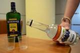 Jak się robi wódkę w chlewiku? Siedem litrów lewego alkoholu na łodzianina