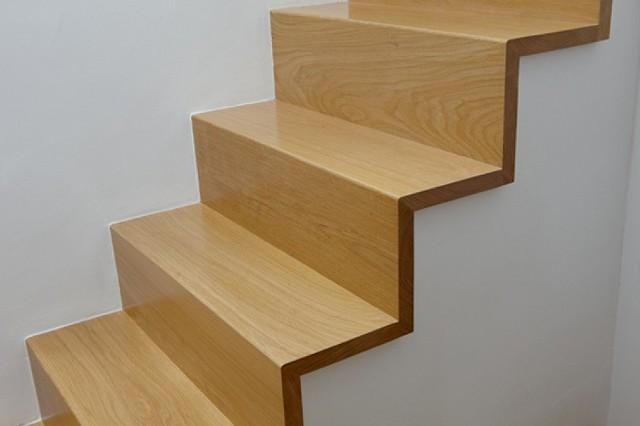 Lakierowane schody drewnianeDrewno przed lakierowaniem musi być czyste i suche. Im bardziej oszlifowane, tym korzystniej, ponieważ produkt utrzymuje się lepiej na gładkiej powierzchni. Za pomocą pędzla lub aplikatora nakładamy 2 lub 3 cienkie warstwy.