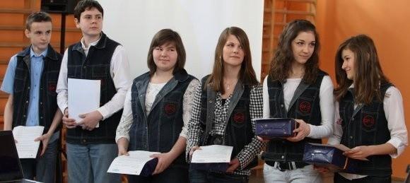 – Mamy wielu znajomych po niemieckiej stronie wyspy – mówią uczniowie. – Mam dwóch dobrych przyjaciół Leonarda i Svena – dodaje Ewelina Panfiluk (na zdjęciu pierwsza od prawej), obok niej Anna Matras, Martyna Dziemitowicz, Oliwia Szutkowska, Arkadiusz Kępa i Dawid Kisiel.