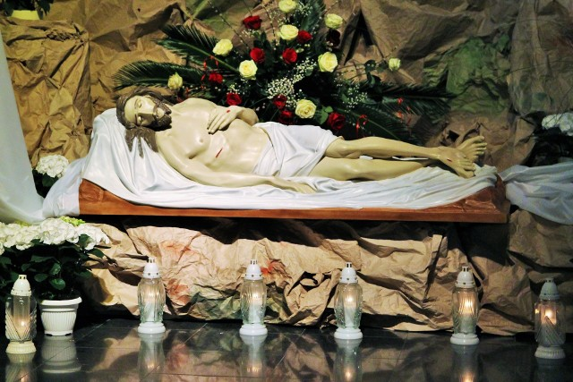 W Wielką Sobotę mielczanie tłumnie wzięli udział w tradycyjnym święceniu pokarmów oraz adoracji ukrzyżowanego Jezusa.W sobotę można było pomodlić się przed Grobami Pańskimi, przy których wartę pełnili harcerze oraz strażacy z lokalnych jednostek. Instalacje w symboliczny sposób ukazywały Jezusa złożonego w grobie na dzień przed Zmartwychwstaniem. Nawiązywały nie tylko do Pisma Świętego, ale także np. do symboli narodowych.