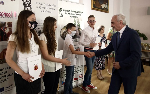 W auli IV Liceum Ogólnokształcącego finaliści i laureaci olimpiad przedmiotowych w mijającym roku szkolnym otrzymali nagrody. Wręczał je Andrzej Cherek, sekretarz miasta