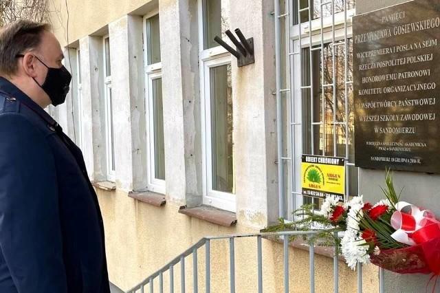 Miejscem, gdzie  złożono kwiaty była tablica upamiętniająca Przemysława Gosiewskiego, posła i wicepremiera. Tablica znajduje się na budynku filii Uniwersytetu Jana Kochanowskiego. Na zdjęciu poseł Marek Kwitek.