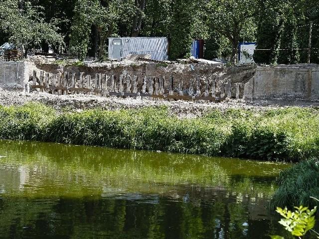 Odkopana część XVIII-wiecznego kanału znajduje się za widocznym na zdjęciu murem oporowym