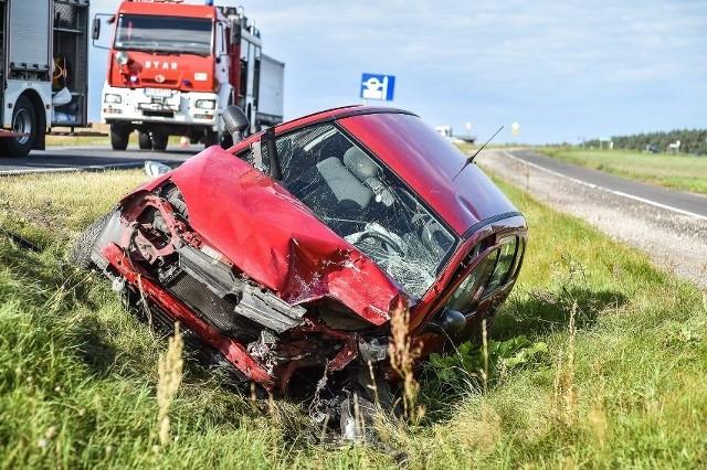 Corsa po zderzeniu wpadła do rowu i jej kierowca zdołał się wydostać z auta. Kierujący golfem był zakleszczony w pojeździe.