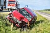 Wypadek na obwodnicy Święciechowy. Czołowe zderzenie golfa i corsy. Jeden z kierowców był zakleszczony we wraku [ZDJĘCIA i FILM]