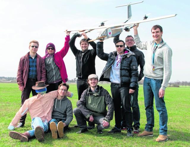 Młodzi naukowcy z zespołu MelAvio Politechniki Warszawskiej podczas testowania jednostki bezzałogowej na lotnisku w Przasnyszu
