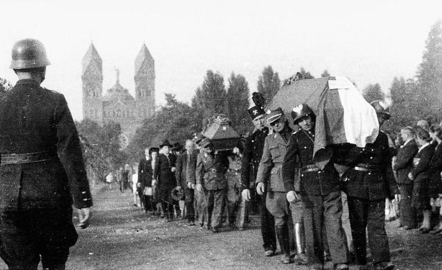 W 1947 roku na cmentarzu w Panewnikach spoczęły ekshumowane ofiary leśnych egzekucji. Cmentarnej mogiły z roku 1939 nie ekshumowano nigdy.