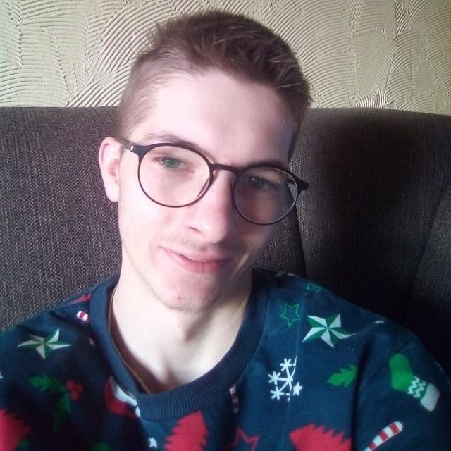 22-letni Marcin Ochota z Opole ma problemy z poruszaniem się, a jego mowa jest niewyraźna. Wykonywanie codziennych czynności sprawia mu duży kłopot i jest związane z ogromnym ryzykiem. Mimo to stara się nie opuszczać żadnego spotkania Kolejarza Opole.