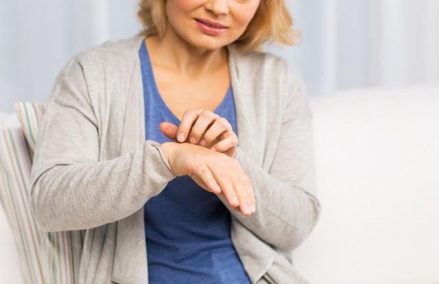 Szacuje się, że co trzeci dorosły Polak choruje bądź w przeszłości chorował na jakąś dermatozę. Niektóre choroby skóry można wyleczyć w krótkim czasie, jednak leczenie niektórych to długi proces. Dowiedz się, które dermatozy są najczęstsze i co je powoduje!