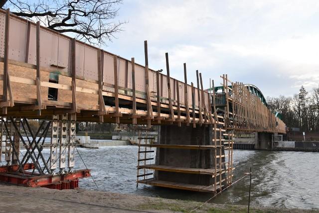 Instalacja kładek po obu stronach mostu im. Ireny Sendlerowej ma się rozpocząć na przełomie lutego i marca.