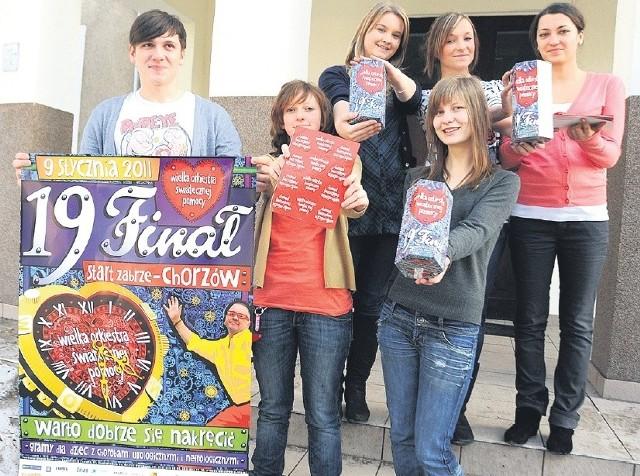Niemalże wszystkie papierowe puszki Wielkiej Orkiestry Świątecznej Pomocy były pełne. Sztab IV LO w Szczecinie od niedzielnego poranka działał pełną parą. W akcji udział wzięło 85 licealistów. Wczoraj rozpoczęło się wielkie liczenie zebranych pieniędzy. Dopiero dziś będzie znana dokładna kwota