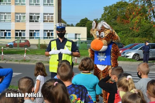 Policjanci uczyli dzieci, jak bezpiecznie chodzić do szkoły