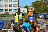 Policjanci uczyli pierwszaków, jak bezpiecznie przechodzić przez jezdnię i bezpiecznie trafić do szkoły