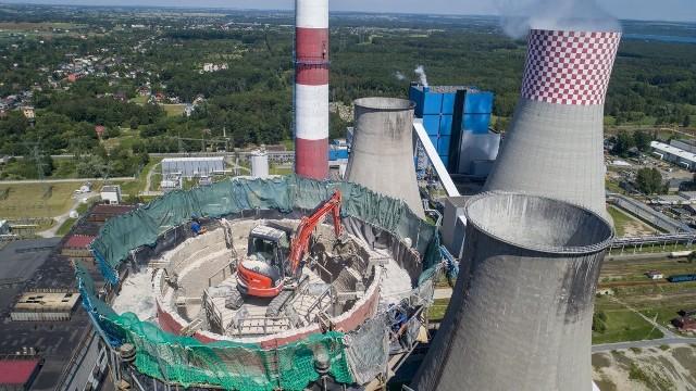 Na terenie Elektrowni Łagisza w Będzinie trwa wyburzanie 160-metrowego komina Zobacz kolejne zdjęcia/plansze. Przesuwaj zdjęcia w prawo - naciśnij strzałkę lub przycisk NASTĘPNE