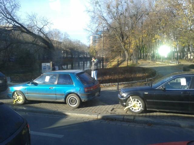 Wrocław, blokady na samochodach zaparkowanych wzdłuż ulicy Krupniczej