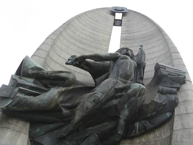 Wokół pomnika nie ma już płotu, którym był otoczony na czas budowy klasztornych ogrodów. Monument wygląda jednak fatalnie. Ze schodów odpadają kamienne płytki, z płaskorzeźby boginii Nike wysypują się ptasie odchody. Zamiast chodnika od strony ogrodów ludzie chodzą po ziemi.