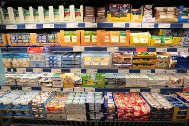 Jeśli zostawiacie zakupy spożywcze na ostatnią chwilę, sprawdźcie wcześniej godziny otwarcia sklepów w Sylwestra 31 grudnia. Zobaczcie, jak będą czynne supermarkety i dyskonty we Wrocławiu na kolejnych slajdach.