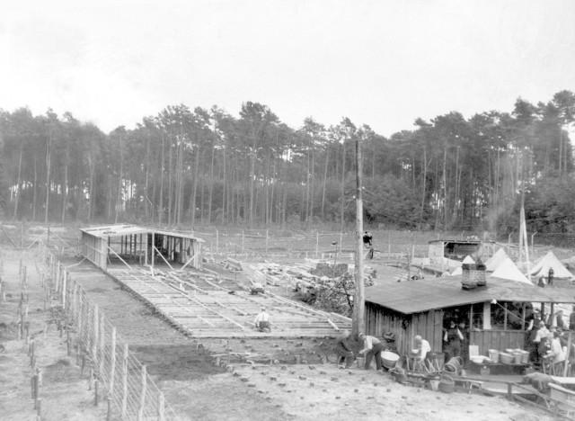 Jesień 1939, budowa obozu. Celowo wybrano teren położony na uboczu