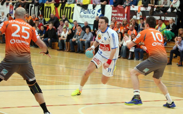 Mariusz Jurkiewicz (z piłką) zmieni Orlen Wisłę Płock na Vive Targi Kielce dopiero w sezonie 2015/2016. W najbliższym spróbuje z Nafciarzami odebrać mistrzostwo swojemu przyszłemu pracodawcy.