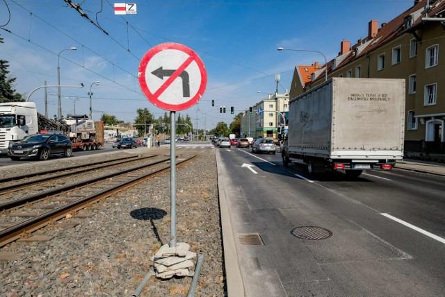 Kierowcy najbardziej narzekają na brak możliwości skrętu w lewo z ul. Przybyszewskiego na Dąbrowskiego.