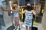 Wrocław: Półnagie kobiety wdarły się na witrynę sklepu H&M. Protestują przeciw Black Friday